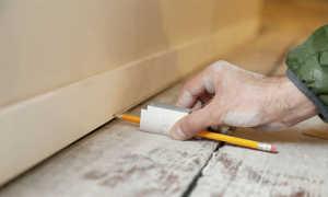 Как выровнять мебель на неровном полу?